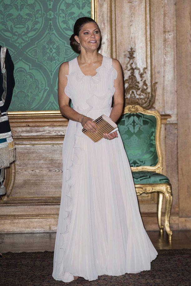 Victoria sädehti vaaleassa mekossaan.