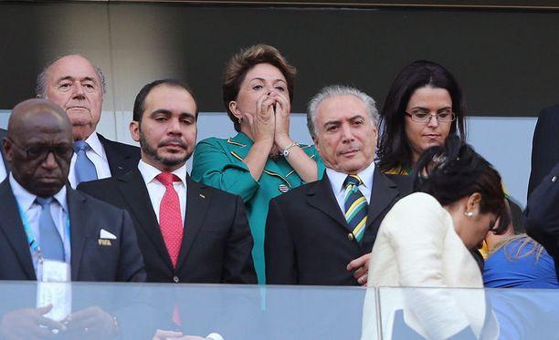 Presidentti Dilma Rousseff (kesk.) reagoi pelitapahtumiin alkulohkon Brasilia–Kroatia-ottelun aikana Sao Paulon stadionilla 12. kesäkuuta.