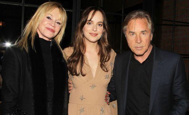 Ex-parilla on yksi yhteinen lapsi, Dakota-tytär, joka poseeraa kuvassa vanhempiensa välissä.
