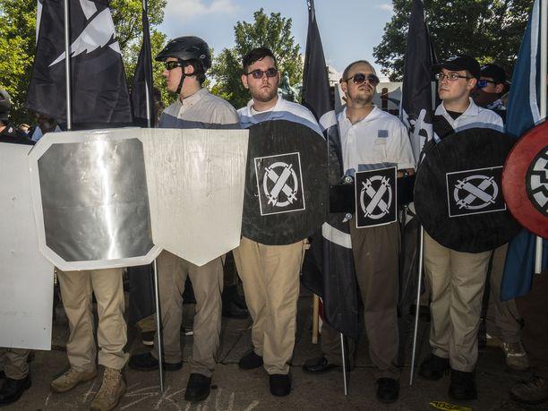 James Fields (keskellä, musta kilpi kädessään) tallentui kuviin äärioikeiston kokoontumisessa ennen kuin hän ajoi tahallaan päin väkijoukkoa.