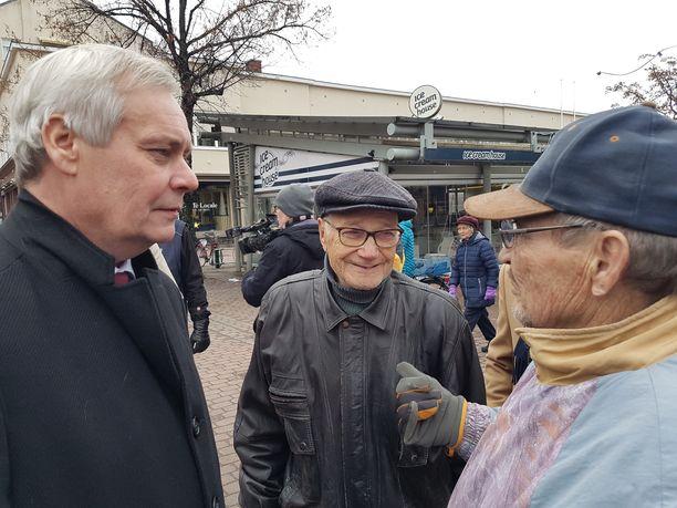 Porilainen sotaveteraani Into Virta, 94, (keskellä) kiitteli pääministeri Antti Rinnettä (sd) siitä, että rintamalisään tulee korotus. Se päätös oli tosin eduskuntaryhmien yhteinen, ei hallituksen.