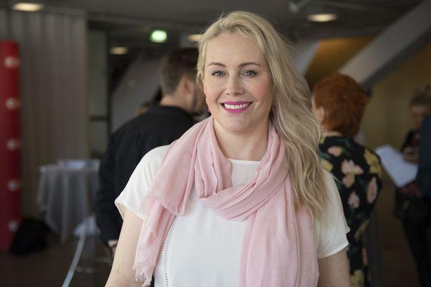 Anne Kukkohovi on tunnettu televisiojuontaja.