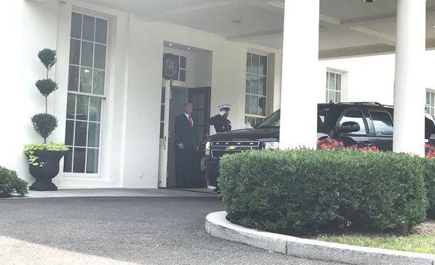 Trump seisoi ovella ja odotti Niinistöä.