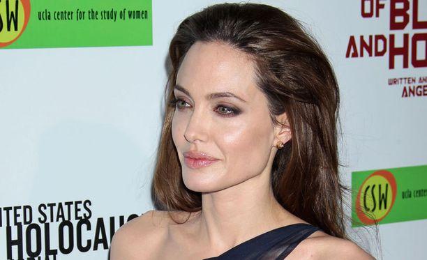 Angelina Jolie menetti rakkaan tätinsä syövälle sunnuntaina.