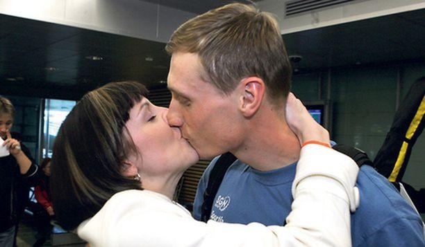 HELLÄÄ Heli-vaimo toivotti Hannu Mannisen tervetulleeksi pitkällä suudelmalla.