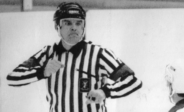 Tuomarilegenda Seppo Mäkelää päähän osunut mailanisku toi Kari Kauppilalle vuoden mittaisen pelikiellon. Mäkelä ei silloin vielä käyttänyt kypärää.