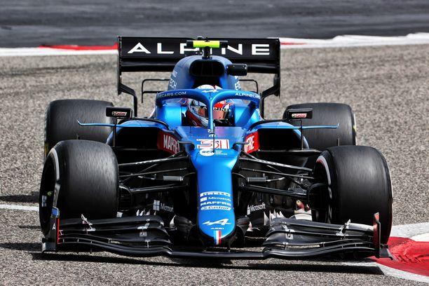 Esteban Ocon ajoin Alpinen F1-auton ensimetrit Bahrainin talvitesteissä perjantaina.