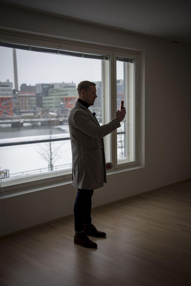 Koivumäki kuvasi esittelemällään asunnolla otoksia sosiaaliseen mediaan.