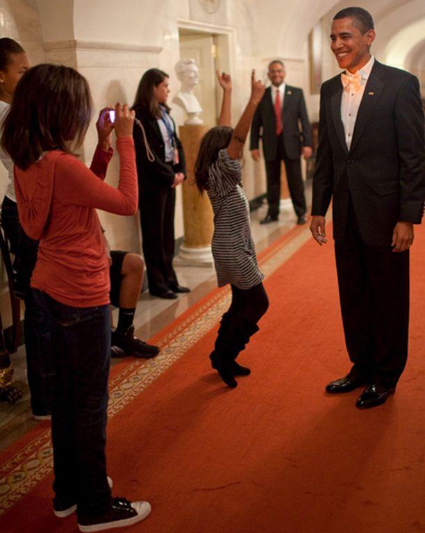 Virkavalan vannonut presidentti on valmis lähtemään tanssiaisiin ruusuke kaulassaan. Malia-tytär tallentaa ikimuistoisen illan.