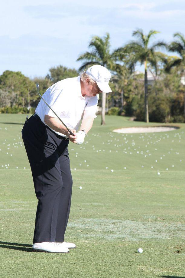 Edeltäjäänsä, ex-presidentti Barack Obamaa lomailusta ja golfaamisesta arvostellut Donald Trump lähti eilen perjantaina 17 päivää kestävälle lomalle omalle, yksityiselle golfklubilleen.