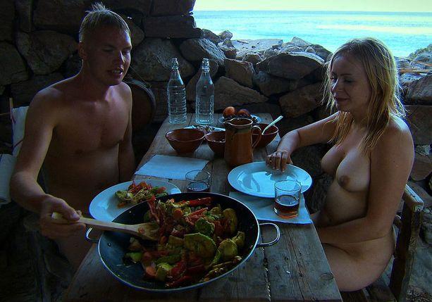 Tuure ja Saara saapuvat saarelle ensin, Iiro seuraa mielipiteineen perässä.