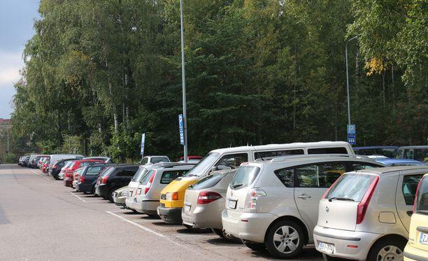 Kun parkkitilaa on niukalti, moottoripyörät viemässä kokonaisia parkkiruutuja raivostuttavat. Arkistokuva.