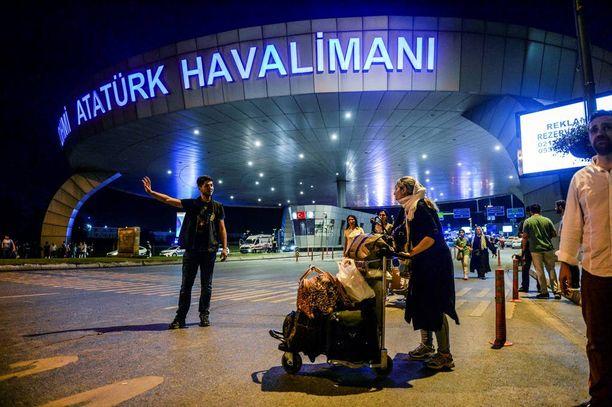 Ihmisiä ohjattiin turvaan heti iskun jälkeen tiistain ja keskiviikon välisenä yönä Atatürkin lentokentällä Istanbulissa.