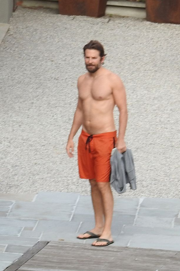 Bradley oli valinnut ylleen oranssi shortsit.