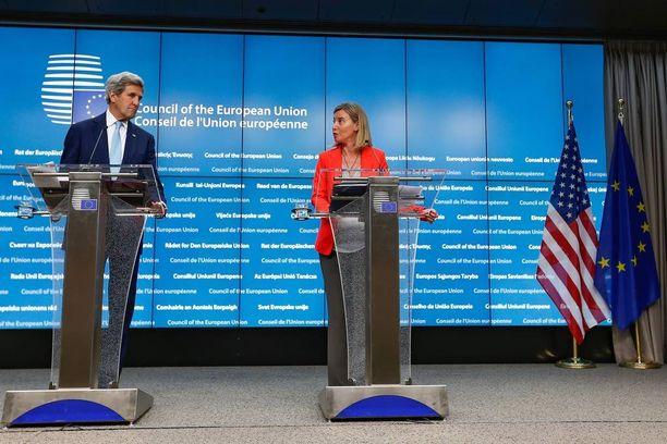 Yhdysvaltojen ulkoministeri John Kerry ja EU:n ulkopolitiikan korkein edustaja Federica Mogherini totesivat maanantaina Brysselissä, että Turkin on toimittava demokraattisin periaattein vallankaappausyrityksen jälkeen.