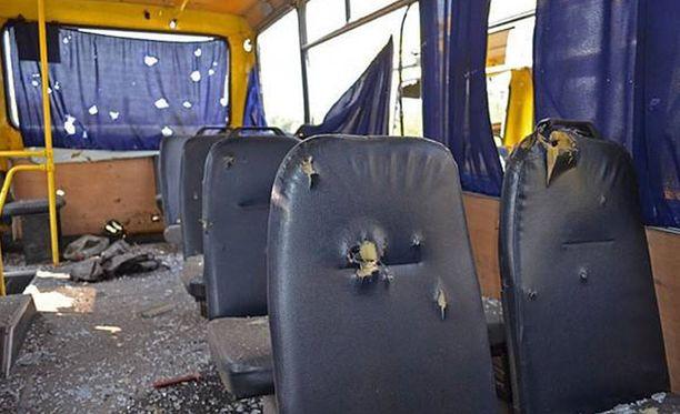 Kaupunkien välistä liikennettä hoitava bussi sai suoran osuman Donetskin lounaispuolella. Todennäköisesti autoon osui raketti.