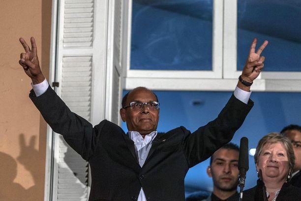 Moncef Marzouki tervehti kannattajiaan sunnuntaina.
