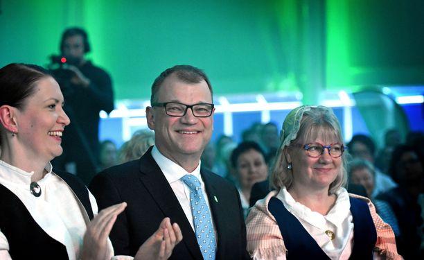 Juha Sipilän vaimo Minna-Maaria (oikealla) ei olisi halunnut miehensä jättävän pääministerin paikkaa. Vasemmalla puoluesihteeri Riikka Pirkkalainen. Kuva on keskustan puoluekokouksesta Sotkamosta 2018.
