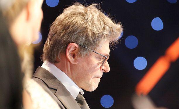 Jorma Uotinen muistuttaa peruukissaan hieman Matti Vanhasta.