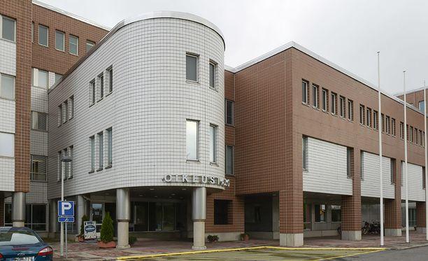 Oulun käräjäoikeus tuomitsi miehen kahden vuoden ja kahden kuukauden vankeuteen kahdesta raiskauksesta.