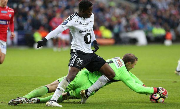 Otto Fredikson vie pallon Rosenborgin Mushaga Bakengan jaloista.