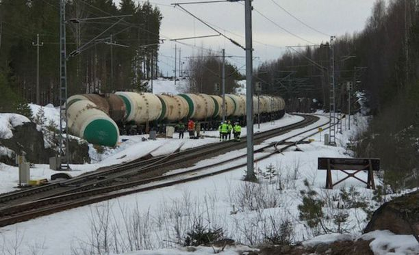 Kemikaalionnettomuus tapahtui lauantaina 7. huhtikuuta, kun Mäntyharjun Kinnin seisakkeella tilapäisessä säilytyksessä ollut 50 junavaunun letka lähti tuntemattomasta syystä liikkeelle.