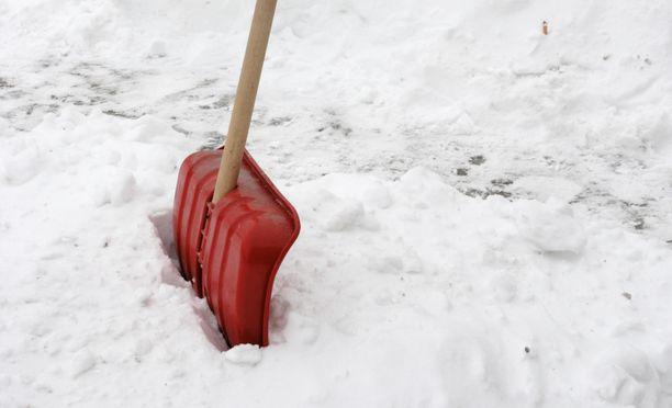 Käytä märkään lumeen kapeaa kolaa.