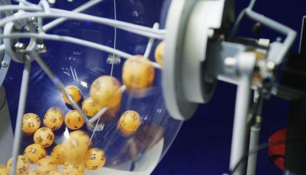 Moni suomalainen toivoo, että lottokoneen pallot pyöräyttäisivät juuri oman rivin.