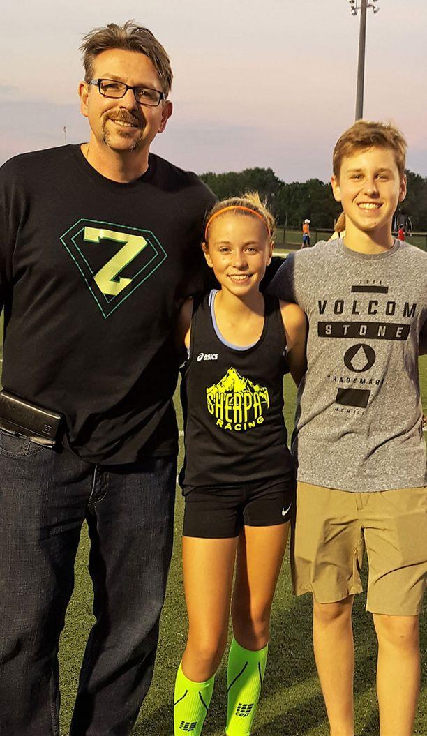 Parris Duffus poseeraa lastensa Alexin ja Zoen kanssa.
