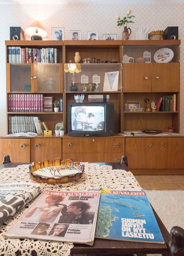 Asuntomessujen Kasarikodin olohuone on täynnä aikakauden klassikoita. Kirjahyllyssä komeilee Facta-tietosanakirjasarja, Nintendo-pelikonsoli ja Maatuska-puunukke. Televisiosta katsottiin Pata-kakkosta ja lukemiseksi sopi Suomen Kuvalehti.
