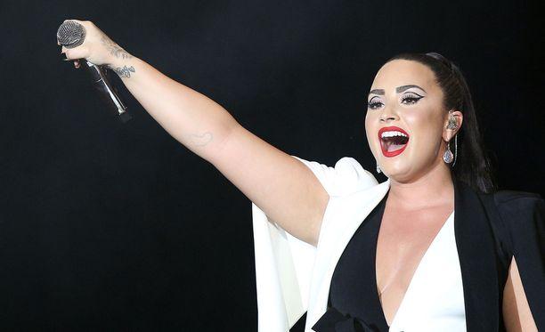 Demi Lovato perui kiertueensa.