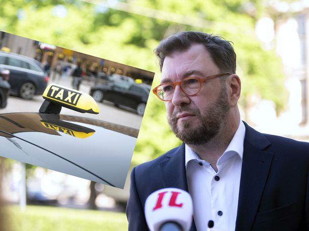"""Nykyisen liikenne- ja viestintäministeri Timo Harakan (sd) mukaan edeltäjä Anne Bernerin (kesk) johdolla tehty taksiuudistus """"meni äärimmäisyyksiin""""."""