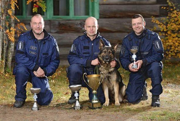 Lauri Kärsämänoja ja Kreo (kesk) sijoittuvat ensimmäiseksi. Vasemmalla toiseksi tullut ohjaaja Juha Karhu, oikealla kolmanneksi sijoittunut ohjaaja Heikki Latvakoski.