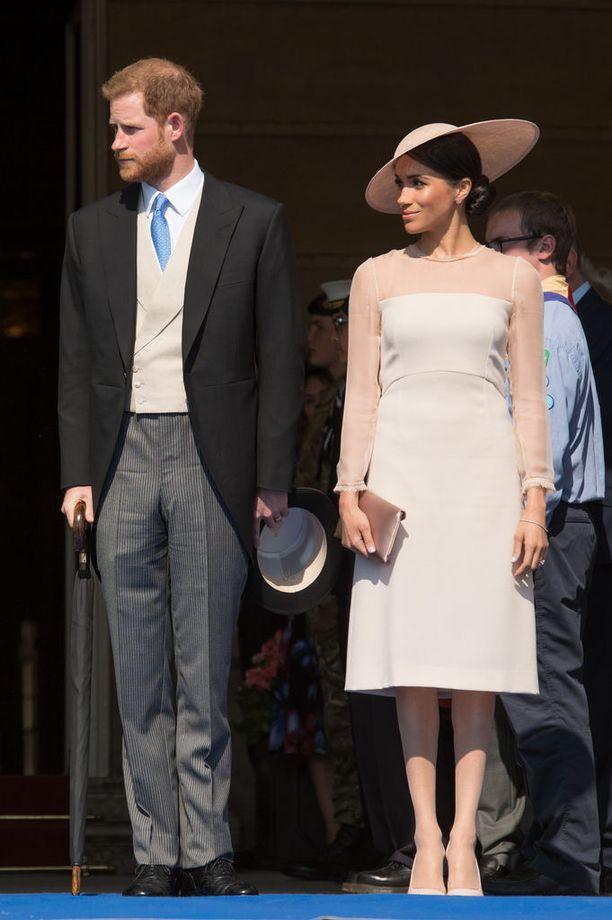 Tuore herttuatar Meghan edusti upeana nudenvärisessä Goatin mekossa. Tällainen look toimisi vaikkapa kesähäiden vieraalla.