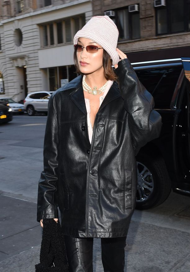 Bella Hadid rakastaa ysärin ja 2000-luvun alun trendejä, ja on ottanut myös Vivienne Westwood -korun käyttöön.