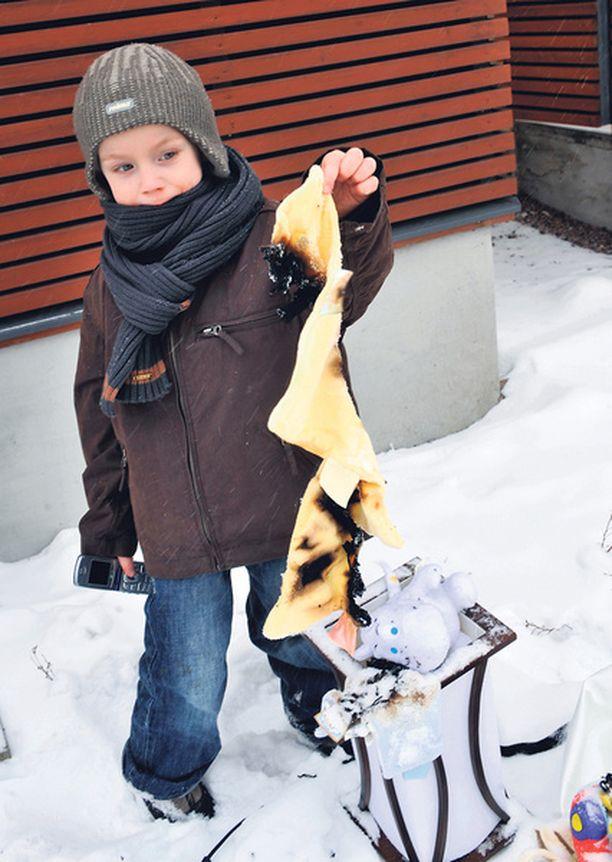NEUVOKAS Lucas juoksi hakemaan sammutuspeitteen kaapista nähtyään lampun tulessa.