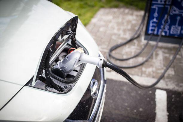 Vihreiden tavoitteena on, että vuonna 2030 Suomessa ei myydä yhtään bensalla tai dieselillä kulkevaa henkilöautoa. Sähköautolla itsekin ajavan Mykkäsen mukaan tavoite on kannatettava, mutta ei kovin realistinen.