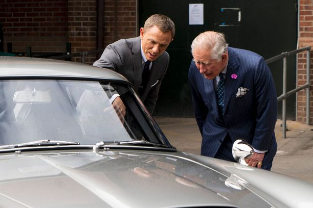 Prinssi tutki kiinnostuneena autoja sisätiloja myöten.