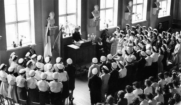 Tyttönormaalilyseon tuoreet ylioppilaat painoivat lakit päähänsä toukokuun 30. päivänä vuonna 1959.