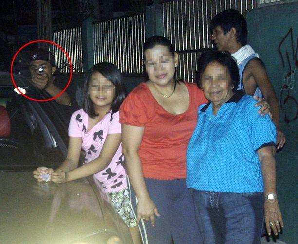 VIIMEINEN KUVAUS Reynaldo Dagsa kuvasi uudenvuodenaattona perhettään, kun murhaaja ilmestyi auton takaa.