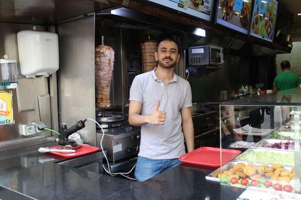 Ystävällinen Roberto on pyörittänyt ravintolaa La Ramblalla vuoden. Hänen mukaansa kaikki alueen yrittäjät kärsivät terrori-iskun tuomasta tulojen menetyksestä.