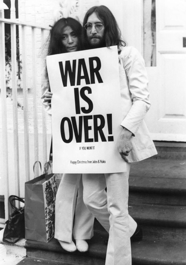 Yoko ja John sodanvastaisen julisteen kanssa Lontoossa vuonna 1969.