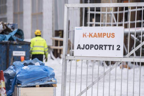 Työmaaonnettomuus Kalasatamassa. Yksi rakennusmiehistä kuoli ja toinen loukkaantui vakavasti työmaahissin kaatuessa.