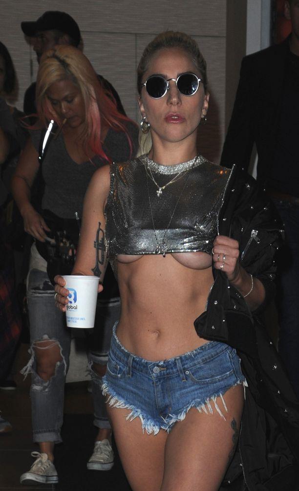 Laulajatar vilautti trendikkäästi rintojaan paidan alta.