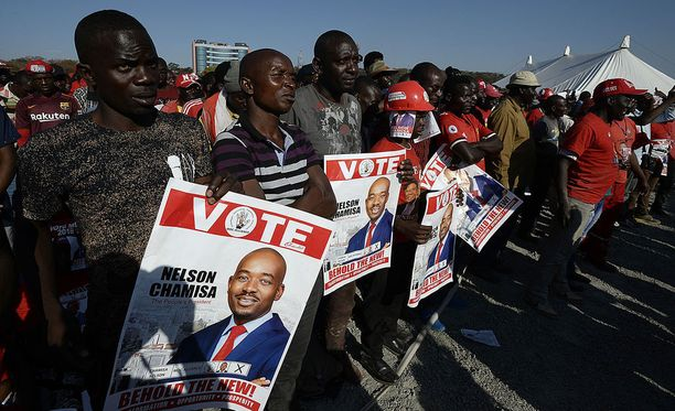 Kuvassa oppositiopuolue MDC:n kannattajia.