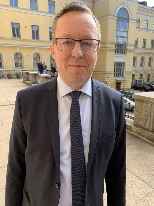 Elinkeinoministeri Mika Lintilä (kesk) myöntää, että hallituksen neuvottelut matkustusrajoitusten höllentämiseksi olivat tiukat.
