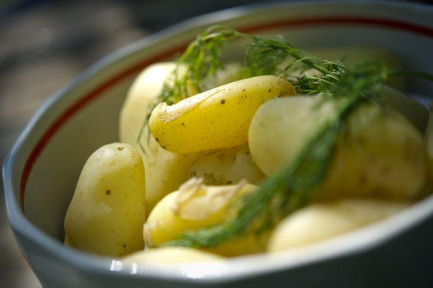 Uudet perunat kuuluvat monen kesään.