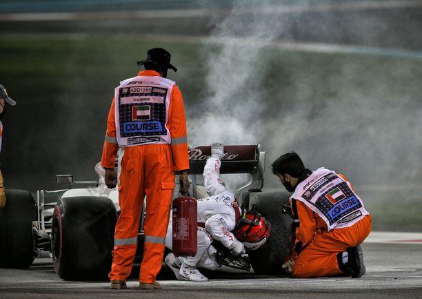 Kimi Räikkönen sammutustöissä Abu Dhabin harjoituksissa.