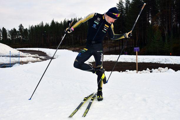 Iivo Niskanen hiihtää nykyisin keltamustilla suksilla.