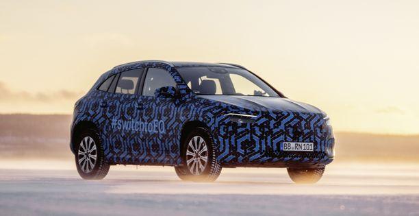 Myös uusin Mercedeksen täyssähköauto korityypiltään korkea katumaasturi.